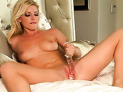 Niki Young does her best to make herself orgasm