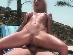 Papa - Babe ucking and fucking out by the pool