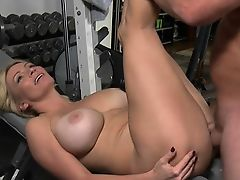 Session full of orgasms as hottie barely takes large cock