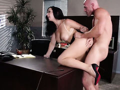 Johnny Sins gives incredibly sexy Jayden Jaymess mouth a try in oral action