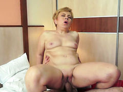 Blonde does oral job for hot dude to enjoy